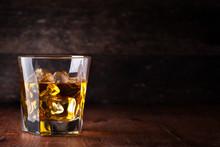 "Постер, картина, фотообои ""Glass of scotch whiskey and ice"""