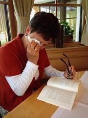 Weinende Frau beim Lesen