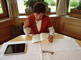 Geschäftsfrau beim Lesen
