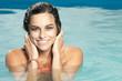 canvas print picture - Hübsche Frau im pool