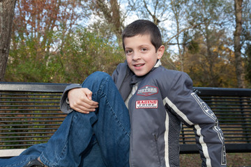 Enfant sur un banc