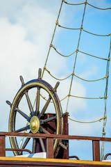 Steuerrad eines alten Segelbootes
