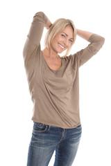 Lachende ältere blonde Frau freigestellt