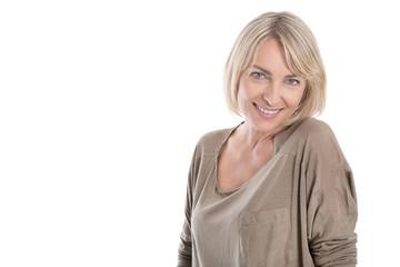 Portrait freigestellt: attraktive schöne blonde ältere Frau