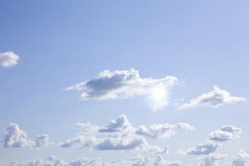 Wolken und Sonne am Himmel