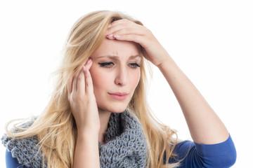 Junge Frau mit Kopfweh