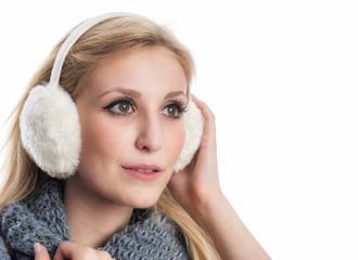 Nachdenkliche Frau mit Ohrenwärmer