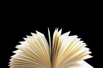 Geöffnetes Buch - Seiten auf schwarzem Hintergrund