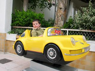 Enfant et petite voiture jaune