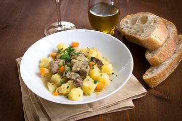 Spezzatino di manzo, patate e carote, cucina italiana