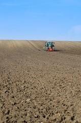 Feldbestellung, Getreide säen auf weitem Feld