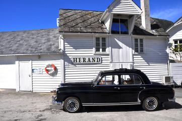 schwarzer oldtimer in herand, norwegen