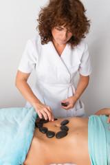 Massage pierres chaudes sur le ventre