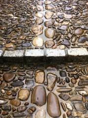 Steinstufe im Regen