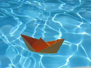 Papierboot auf dem Wasser