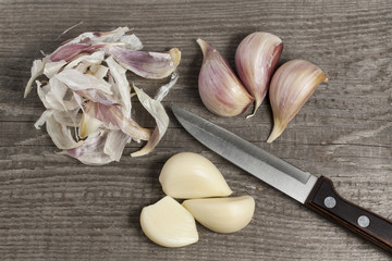 Garlic peeling with sharp knife