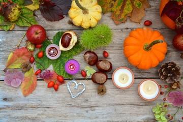Herbstdekoration mit Kürbis