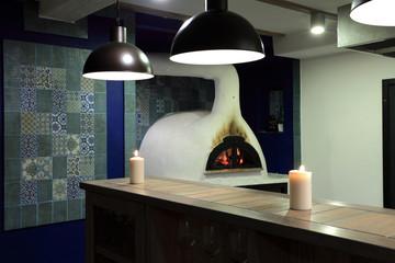 Piec do pieczenia pizzy, opoalany drewnem.