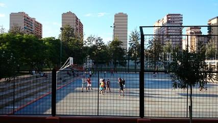 Jóvenes jugando al baloncesto en el parque