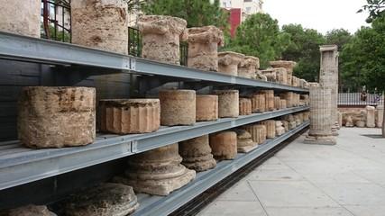 Ruinas apiladas en estantería metálica