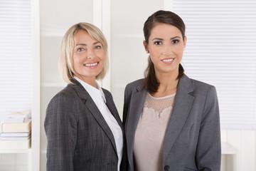 Zwei lachende erfolgreiche Frauen: Konzept Teamwork Chefin