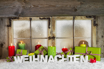 Weihnachtliche Dekoration im Fenster: Grün und Apfelgrün