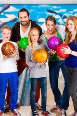 Familie bei Bowling