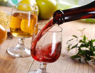 versare il vino rosso nel calice di vetro