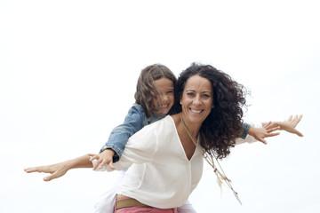 Madre con collares jugando con su hija