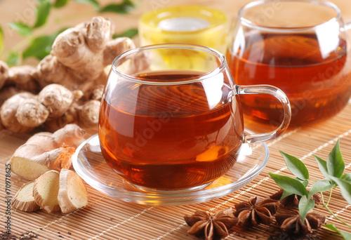 Papiers peints Salle de cafe tè allo zenzero nella tazza di vetro con ingredienti intorno