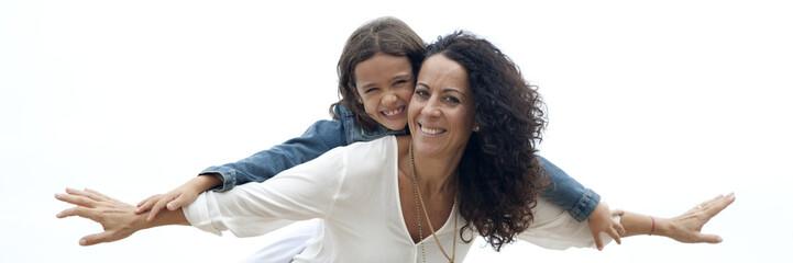 Madre con collares sonriendo con su hija