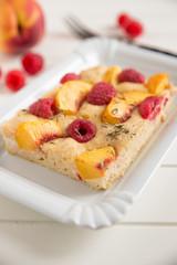 Kuchen mit Aprikosen und Himbeeren