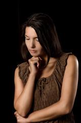 Melancholische Frau mit Sorgen im Blick