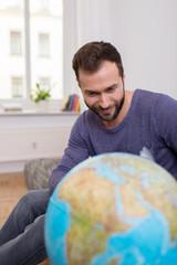 mann schaut auf globus