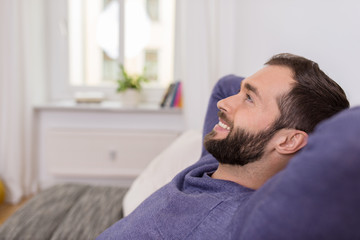 entspannter mann zu hause