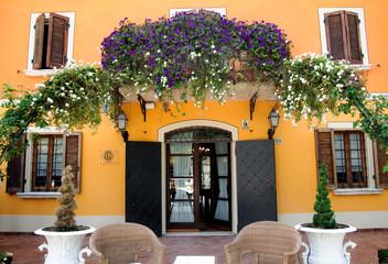Terrazza fiorita in villa antica