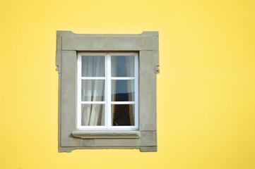 finestra su muro giallo