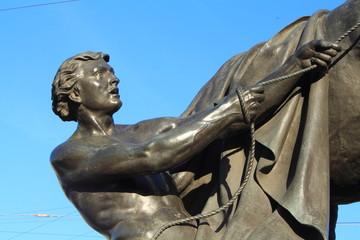 фрагмент скульптуры укрощение коня