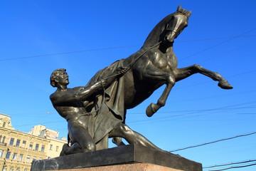 скульптура на Аничковом мосту в Петербурге