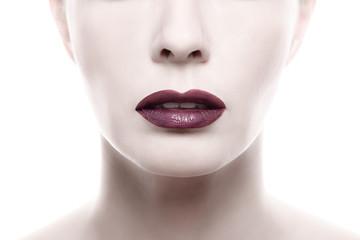 Dunkler lila Lippenstift auf einem Frauen Gesicht