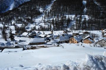Village de montagne sous la neige