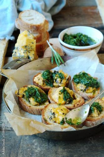 Leinwanddruck Bild Брускета, запеченная с сыром и зеленым соусом
