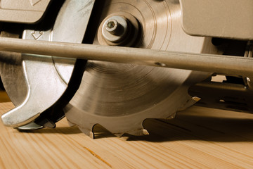 Kreissäge auf Holzbrett