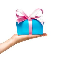 Geschenk mit Schleife vor weißem Hintergrund