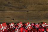 Hintergrund Holz weihnachtlich: Weihnachtsgeschenke rot