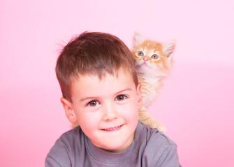 Junge mit Katzenbaby