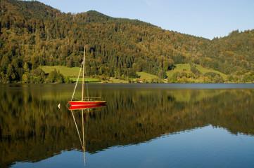ein Segelboot allein auf dem Schliersee