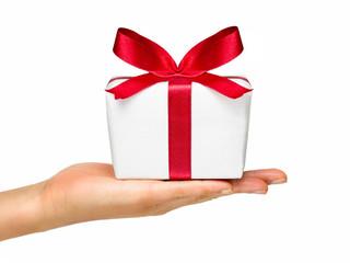 Geschenk mit roter Schleife zum Valentinstag