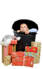 kleiner junge mit weihnachtsgeschenken
