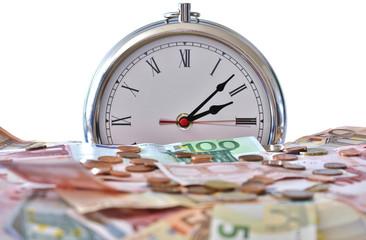 Zeit ist Geld, Geldscheine Münzen im Hintergrund eine Uhr; frei